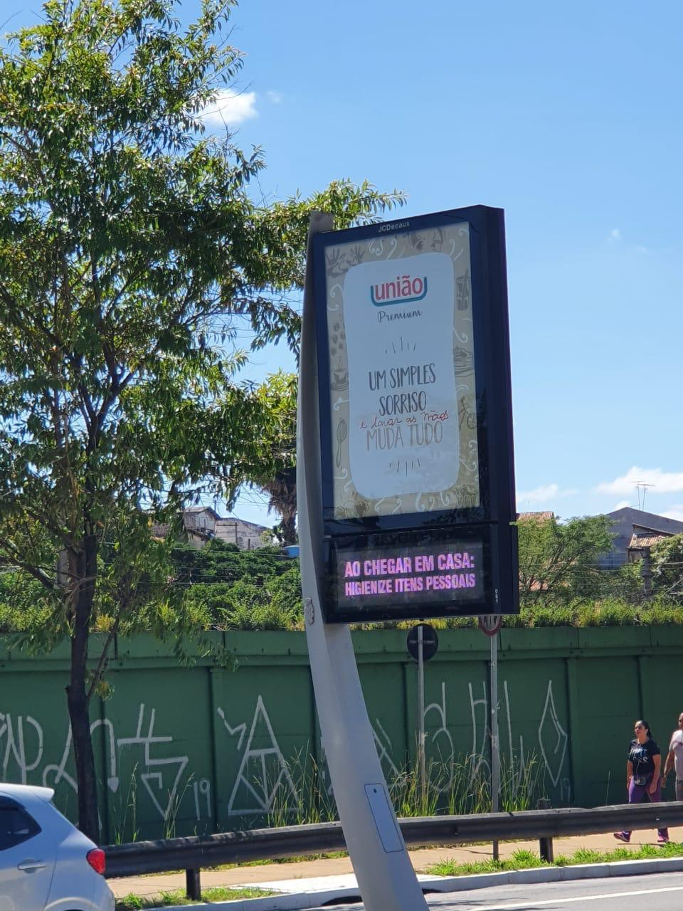 Em período de quarentena, UNIÃO reforça pedido para permanência em casa com campanha em relógios de rua em  São Paulo